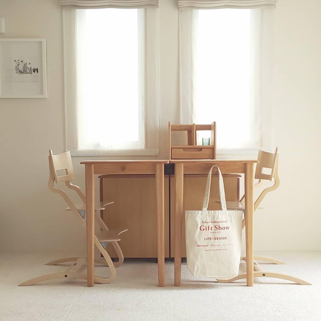 (5)きょうだいで机を向かい合わせてお勉強