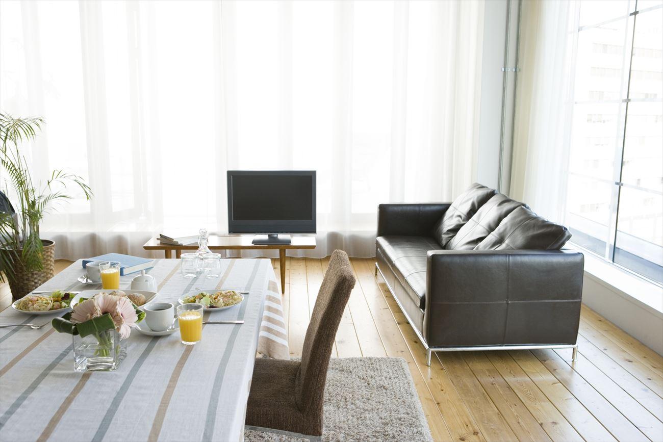 テレビとソファのレイアウト例2:テレビのサイドにソファを置いて、会話を生む