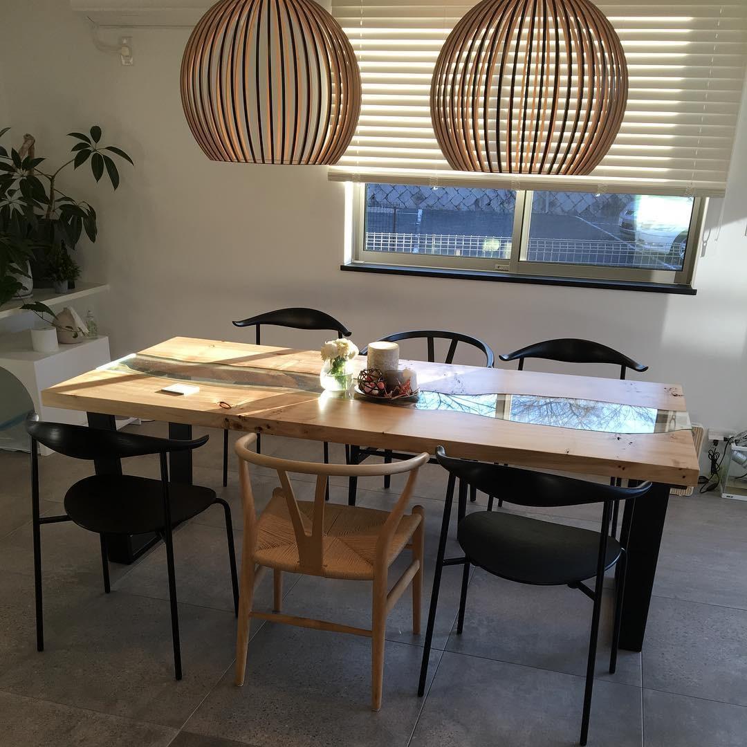 (4)個性的な一枚板テーブルで特別感を高める