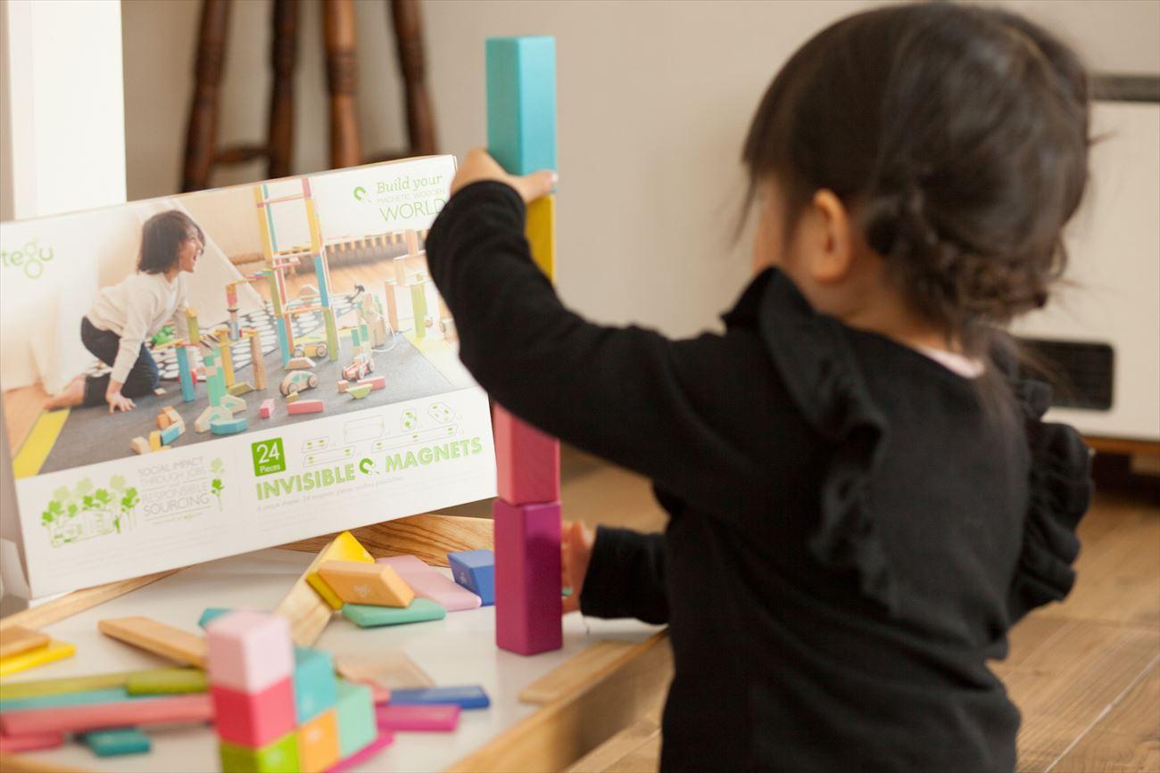 磁石入りでタテ、ヨコ、ナナメにも広げられ、子どもの創造力が広がる